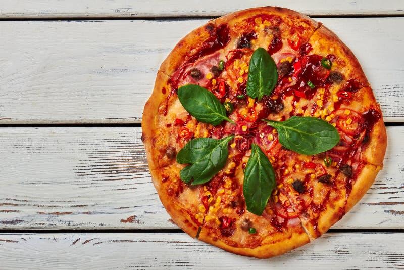Pizza cocida conjunto en la madera foto de archivo