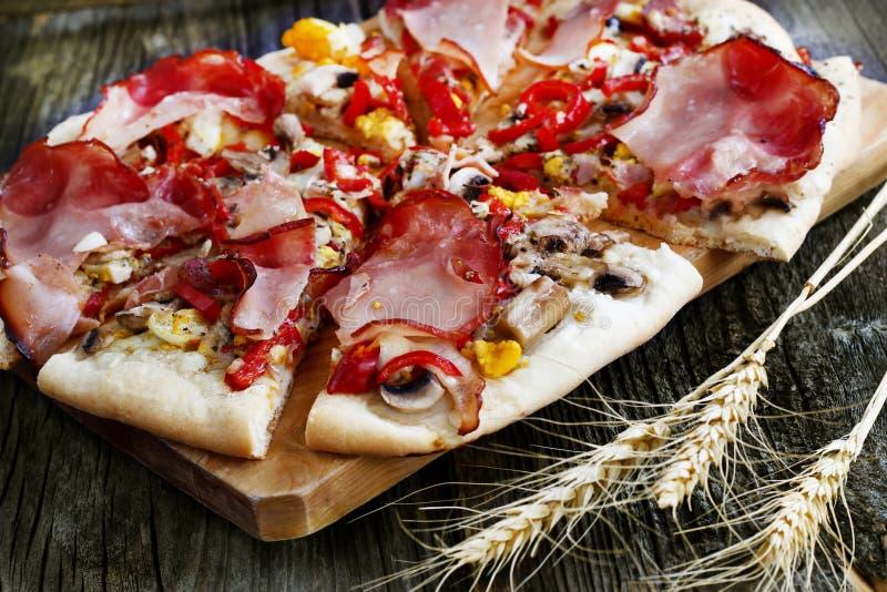 Pizza cocida en el horno de madera fotografía de archivo libre de regalías