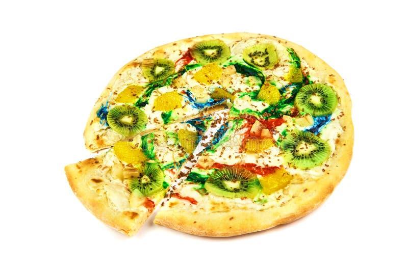 Pizza colorida doce com quivi, queijo no fundo branco fotografia de stock
