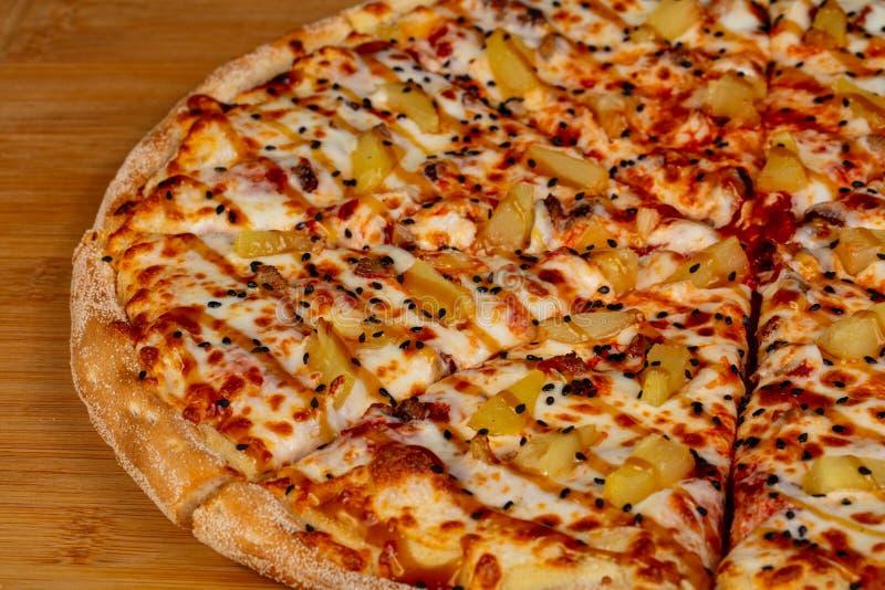 Pizza com abacaxi fotografia de stock royalty free