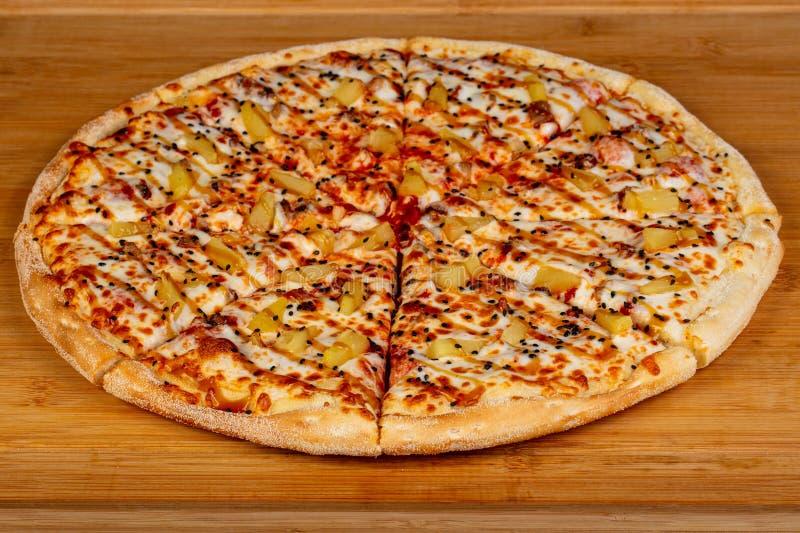Pizza com abacaxi fotos de stock