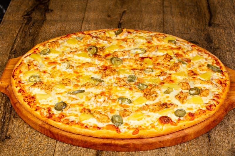 Pizza com abacaxi e galinha foto de stock