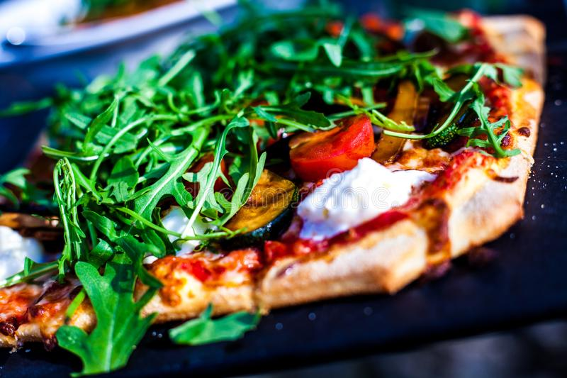 Pizza com arugula imagens de stock