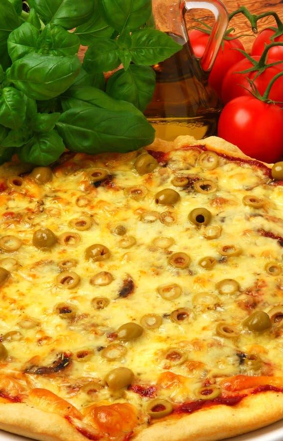 Pizza com azeitonas fotografia de stock