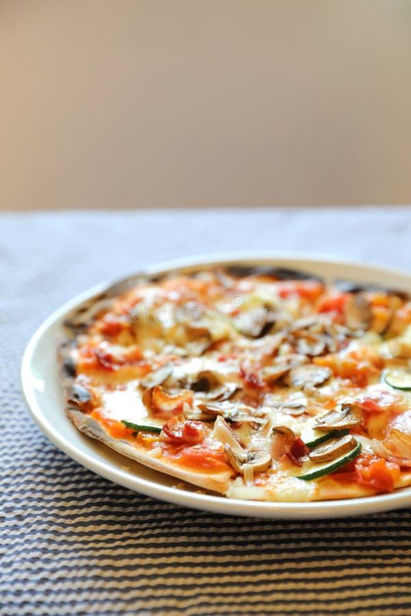 Pizza com bacon e cogumelo, alimento italiano fotos de stock