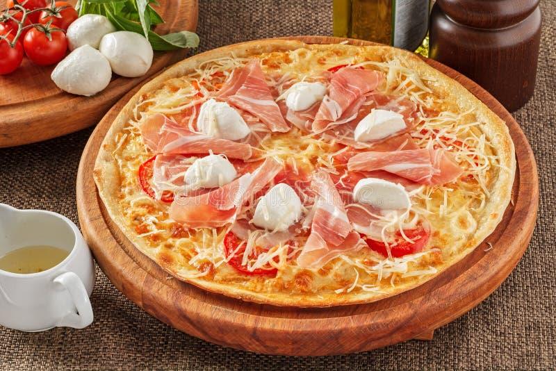 Pizza com bacon e mozarella fotografia de stock royalty free
