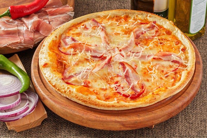 Pizza com bacon e pimenta fotos de stock royalty free