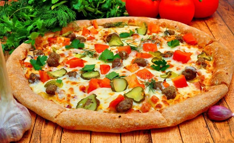 Pizza com carne, pepinos, tomates e verdes fotografia de stock royalty free