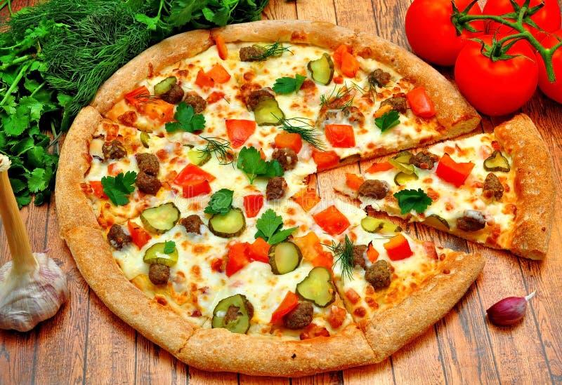 Pizza com carne, pepinos, tomates e verdes fotografia de stock