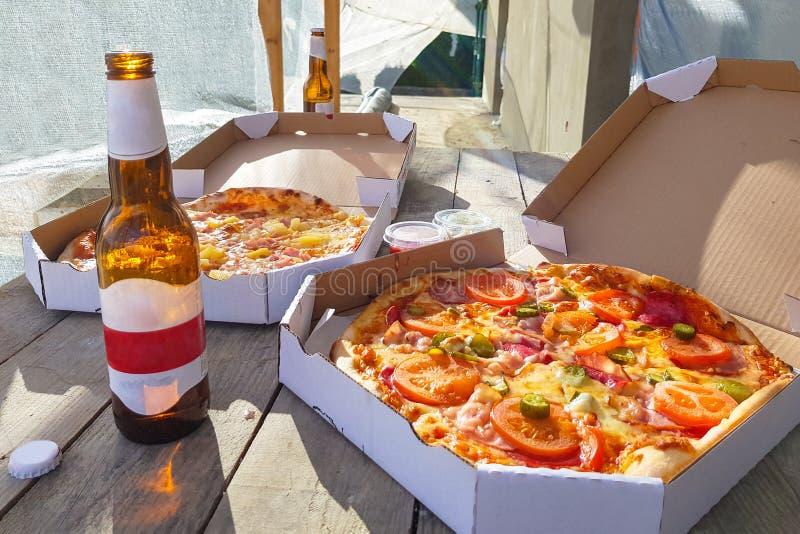Pizza com cervejas fotos de stock