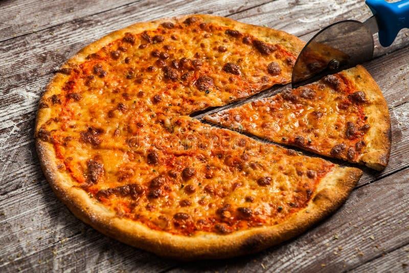 Pizza com coberturas diferentes Pizza italiana com tipos diferentes de queijo, de vegetais e de carne no fim de madeira velho do  foto de stock