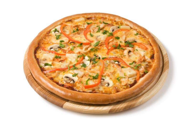 A pizza com cogumelos, ?hicken e vegetais fotos de stock royalty free