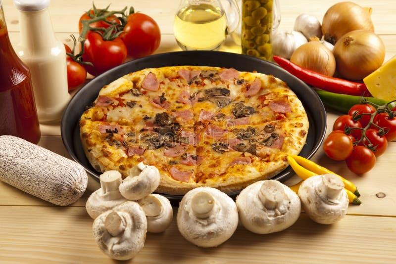Pizza com cogumelos imagem de stock