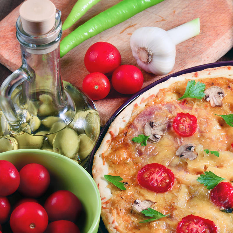 Pizza com cogumelos e ingredientes foto de stock