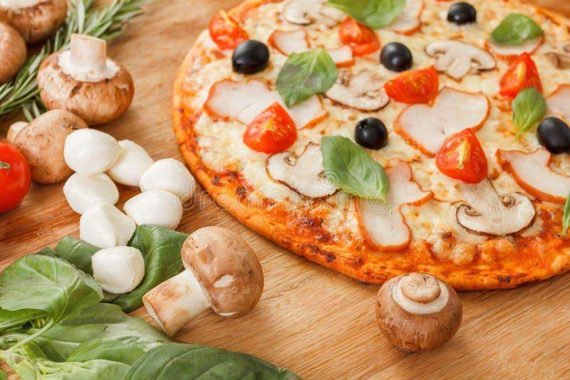 Download Pizza Com Cogumelos E Vegetais Foto de Stock - Imagem de closeup, delicioso: 65575976