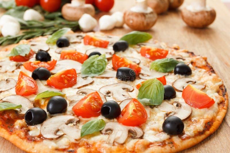Download Pizza Com Cogumelos E Vegetais Foto de Stock - Imagem de gordo, crosta: 65576002