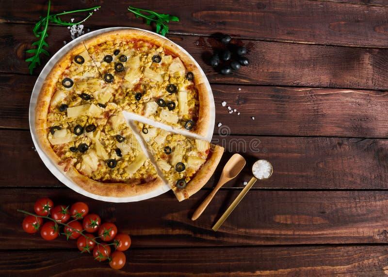 Pizza com galinha e abacaxi com parte cortada na tabela fotografia de stock royalty free
