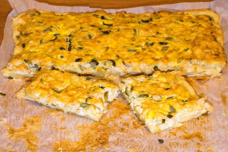 Pizza com galinha e salmouras em um Livro Branco Alimento caseiro imagens de stock