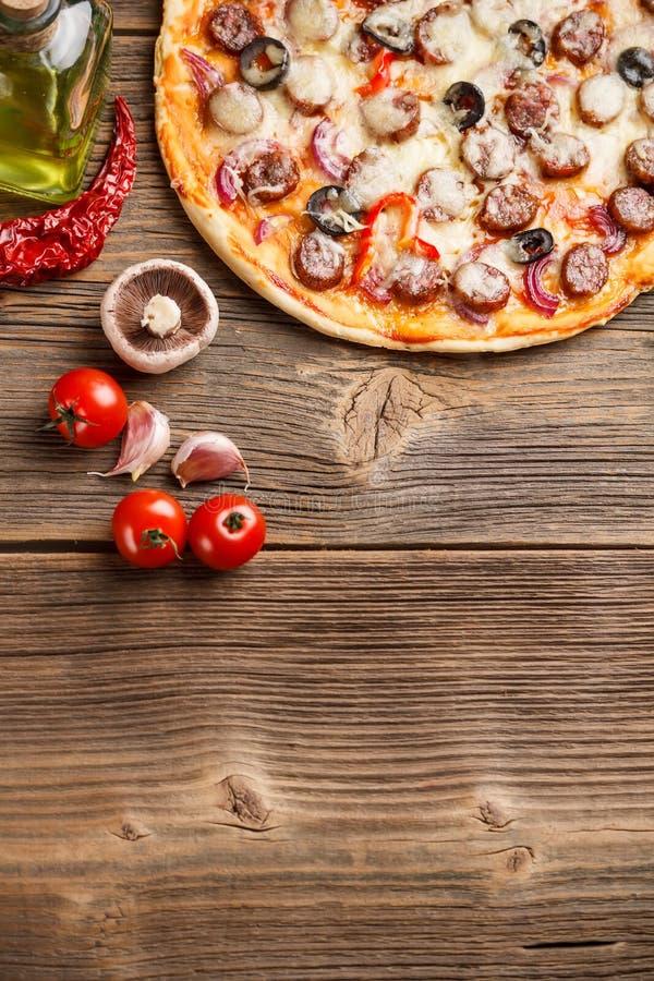 Pizza com ingredientes fotografia de stock royalty free