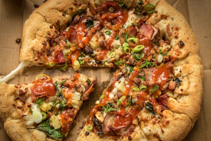 Pizza com lotes das coberturas e da crosta enchida queijo Oven Baked imagens de stock royalty free