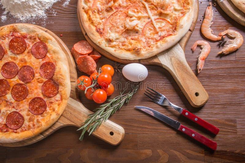 Pizza com marisco e queijo, pepperoni imagem de stock royalty free