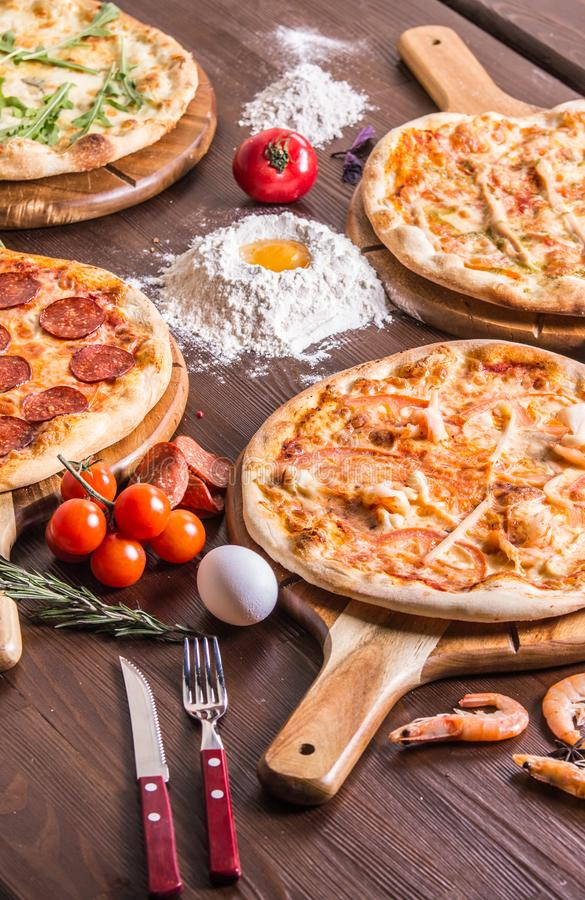 pizza com marisco e queijo, quatro queijos, pepperoni, carne, margarita fotografia de stock