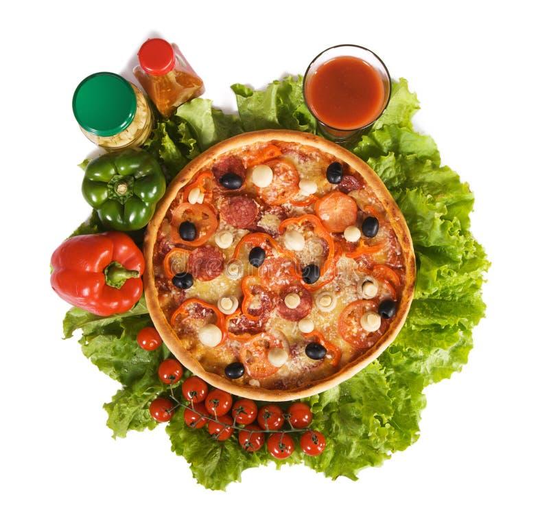 Pizza com molho e vegetais imagens de stock