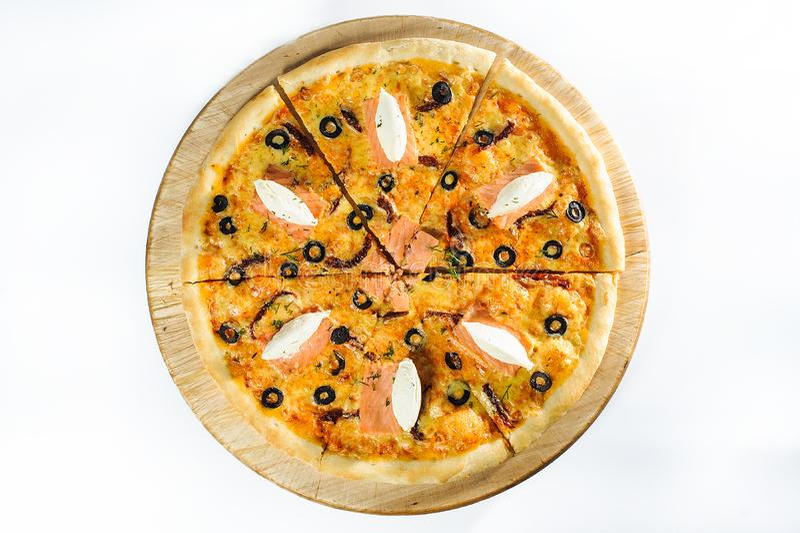 Pizza com os salmões no fundo de madeira imagem de stock royalty free