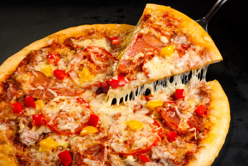 Download Pizza com presunto foto de stock. Imagem de queijo, jantar - 65578380
