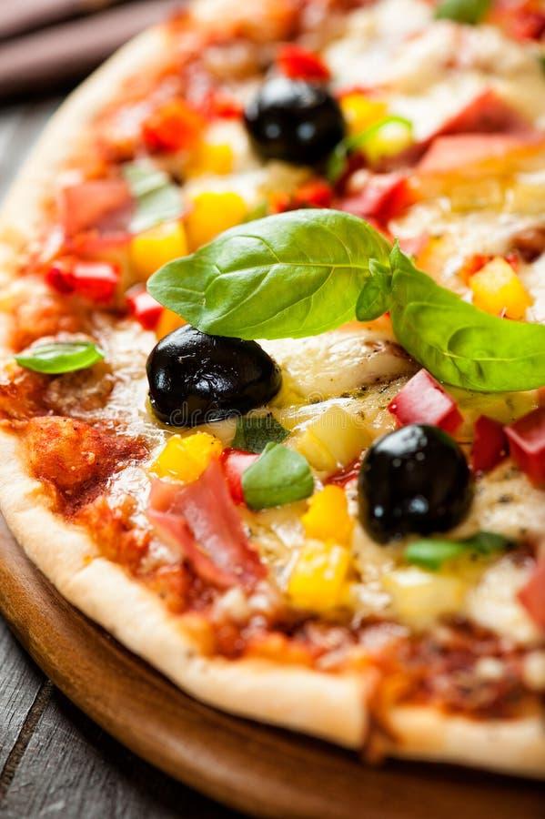 Pizza com presunto e pimenta imagens de stock royalty free