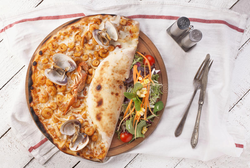 Pizza com produtos do mar em um fundo branco imagens de stock