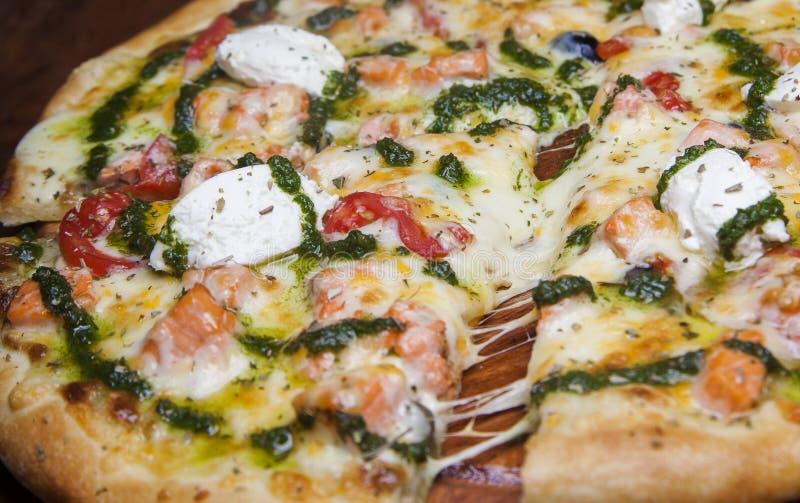 Pizza com queijo e salmões fotografia de stock royalty free