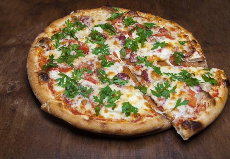 Pizza com queijo e salsichas imagem de stock royalty free