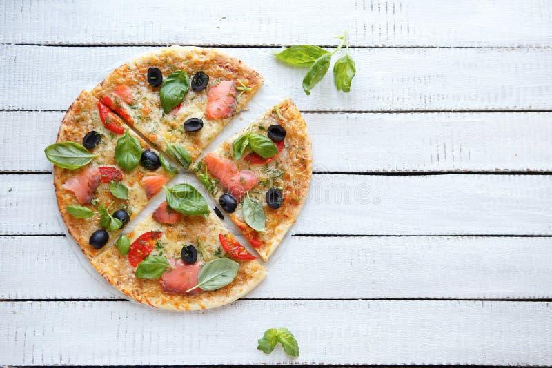 Pizza com queijo, salmão fumado e azeitonas fotos de stock