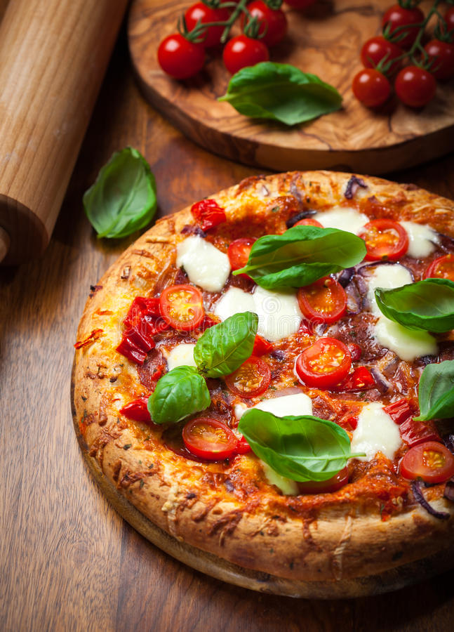 Pizza com salame e mussarela fotos de stock