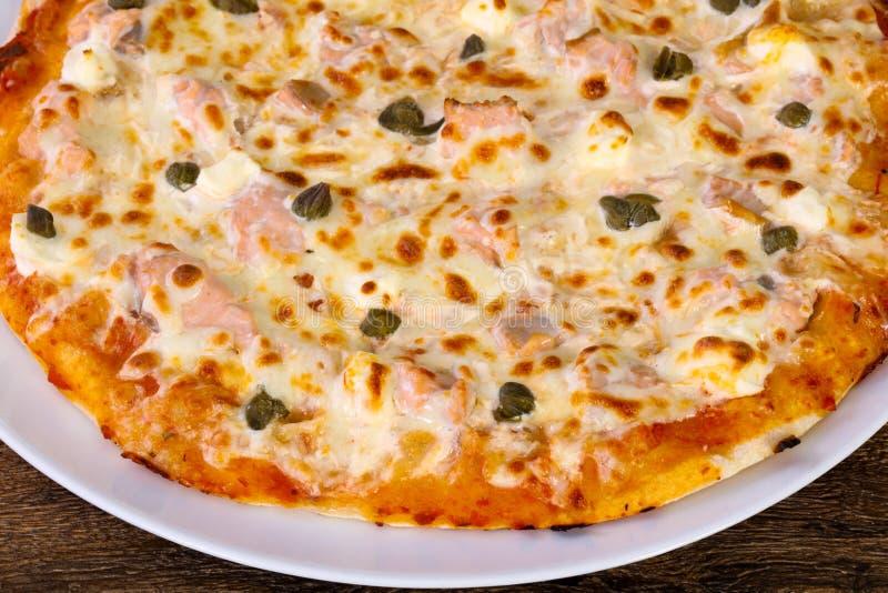 Pizza com salmões e alcaparras imagens de stock royalty free