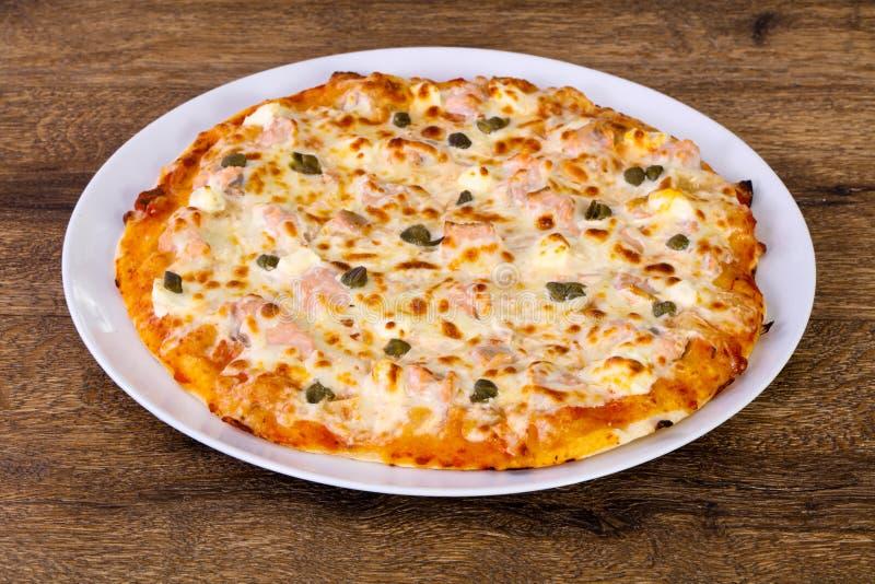 Pizza com salmões e alcaparras fotos de stock