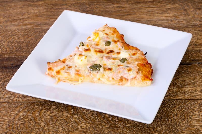 Pizza com salmões e alcaparras imagens de stock