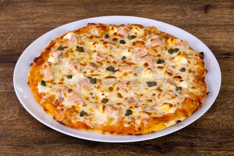 Pizza com salmões e alcaparras foto de stock royalty free