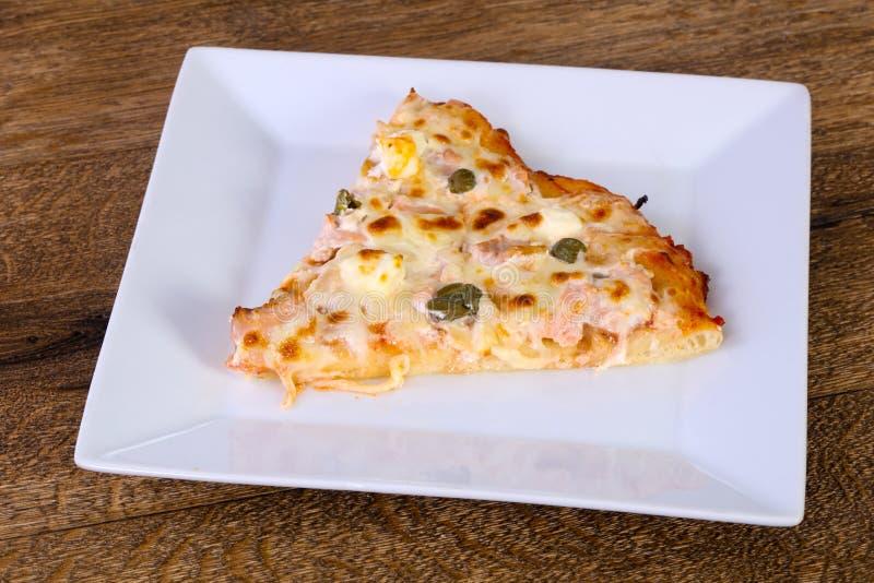 Pizza com salmões e alcaparras foto de stock