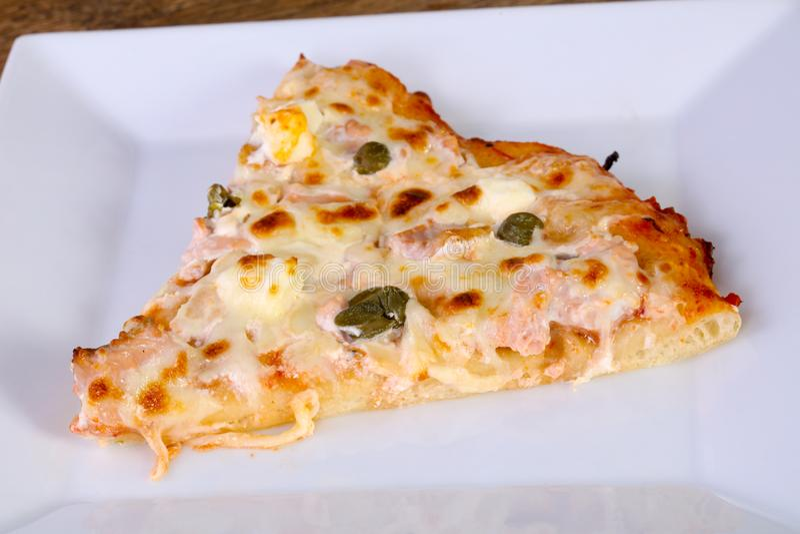 Pizza com salmões e alcaparras fotografia de stock royalty free