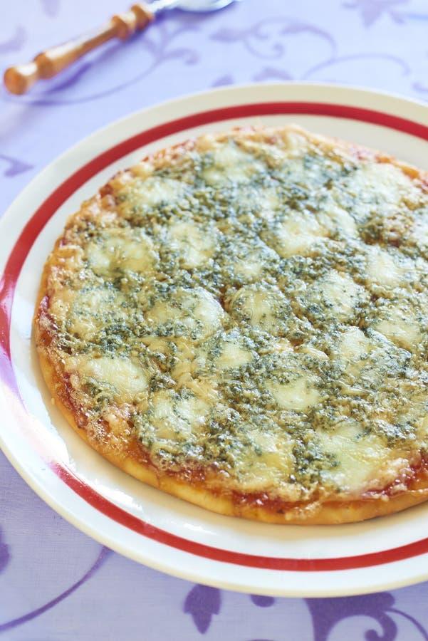 Pizza com salsicha, mussarela e queijo azul foto de stock