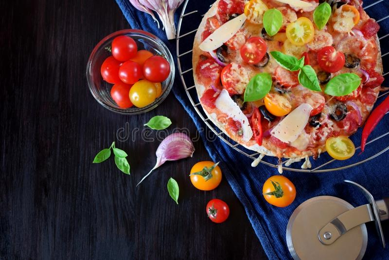 Pizza com tomates de cereja, molho de tomate, queijo e folhas da manjericão imagens de stock