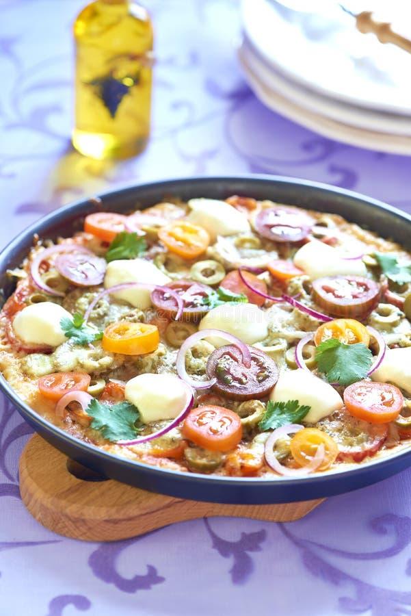 Pizza com tomates de cereja, pimenta, azeitonas e mussarela imagens de stock
