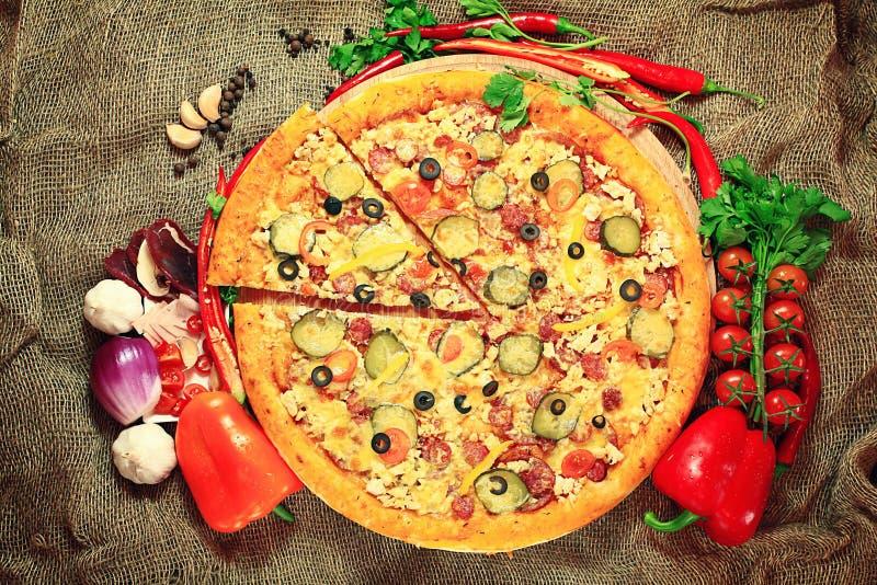 Pizza com um corte da fatia, pastelarias deliciosas fotos de stock