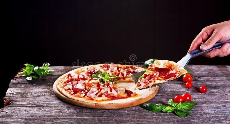 Pizza con bacon e passata di pomodoro fotografia stock libera da diritti