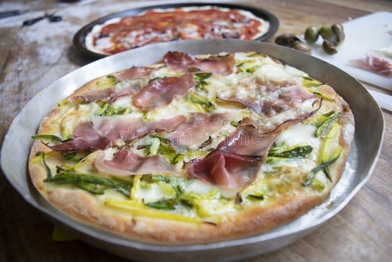 Pizza con el calabac?n y el jam?n fotos de archivo libres de regalías