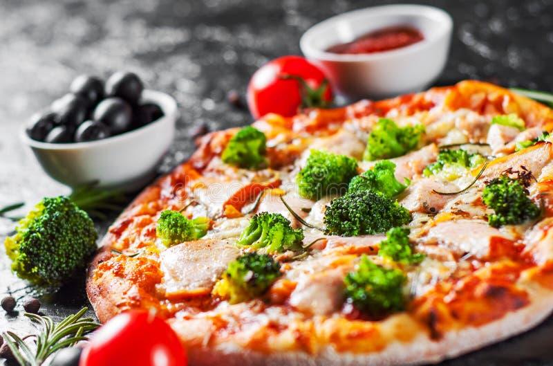 Pizza con el queso de la mozzarella, pescado de color salmón, bróculi, salsa de tomate fotografía de archivo