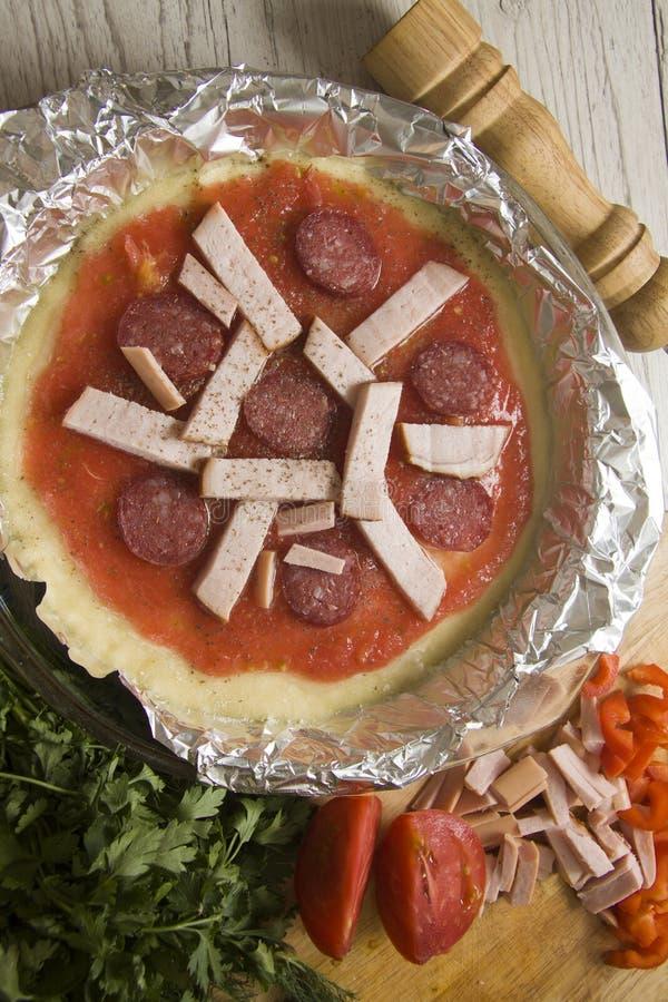 Pizza con el relleno del salami imágenes de archivo libres de regalías