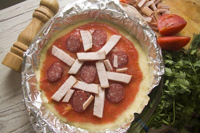 Pizza con el relleno del salami imagen de archivo libre de regalías